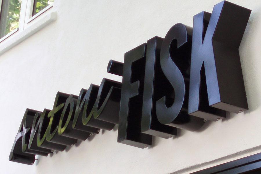 Dybe aluminiumsbogstaver med bagudrettet LED-lys - Antoni Fisk