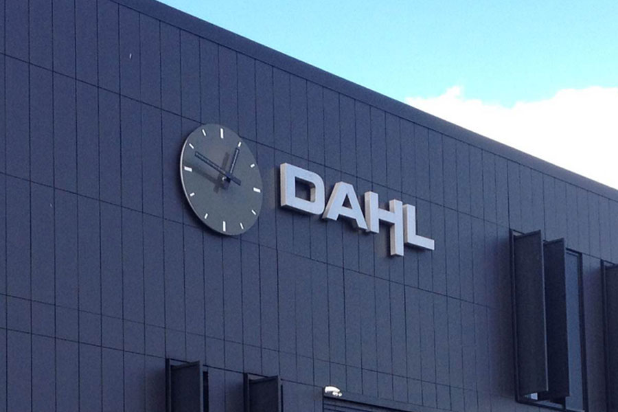 Ur til bygningsfacade - facadeur og logo med lys til Dahl Advokater