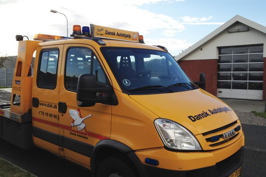 AeroSlimLED® lysskilt - på bil fra SOS Dansk Autohjælp