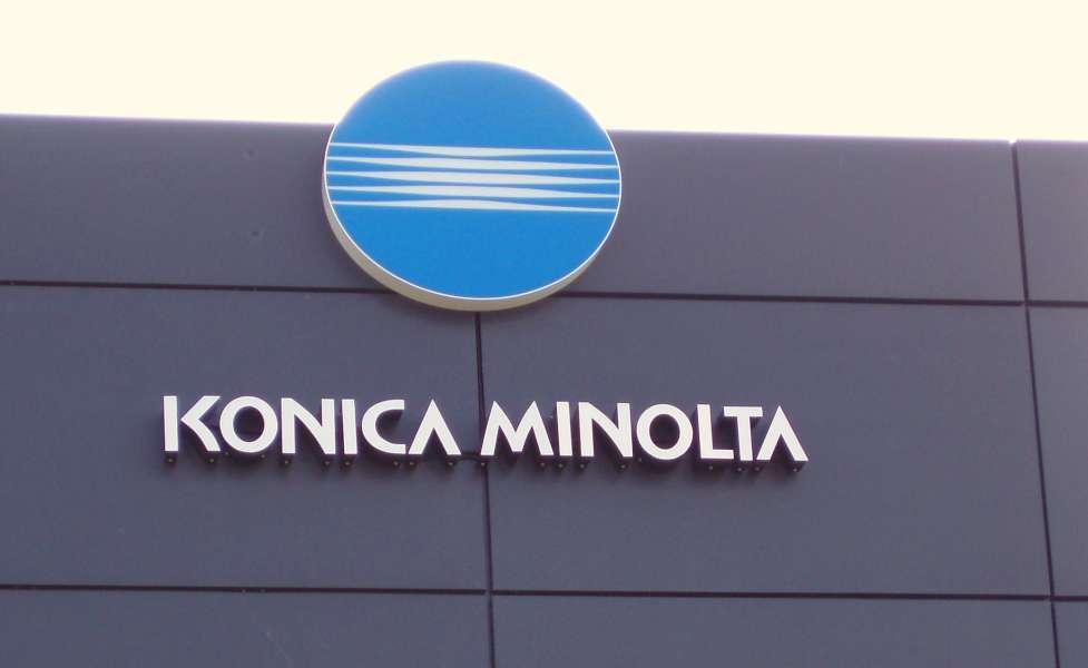 Logotræk med lys i aluminium og akryl - Konica Minolta