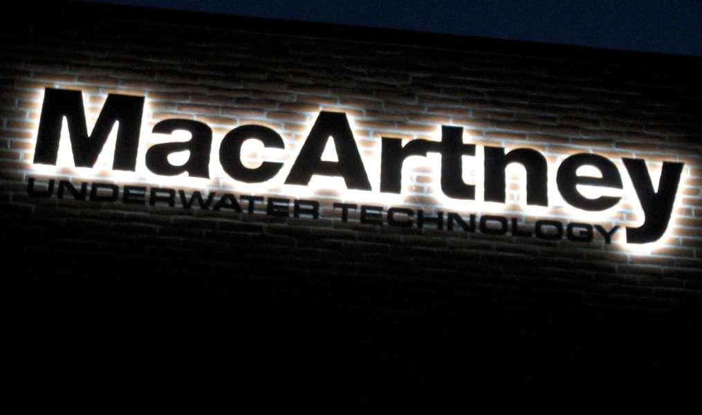 Firmalogo til bygningsfacade med lys - MacArtney