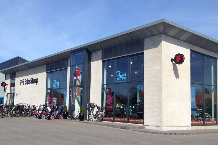 Sorte facadebogstaver med LED-lys - Fri BikeShop