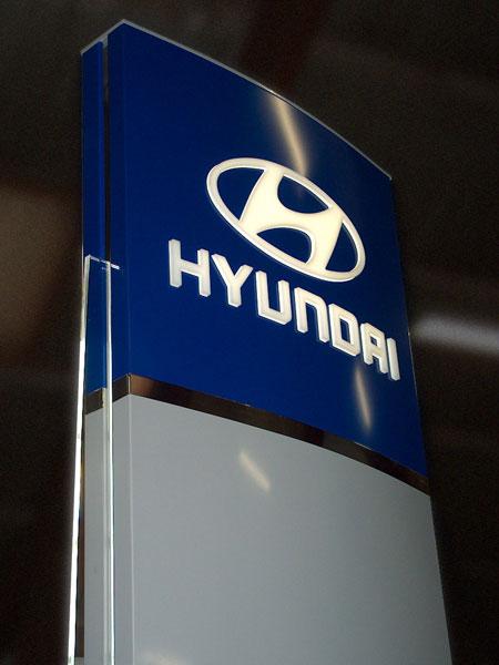 Hyundai pylon med lys i toppen og i siderne