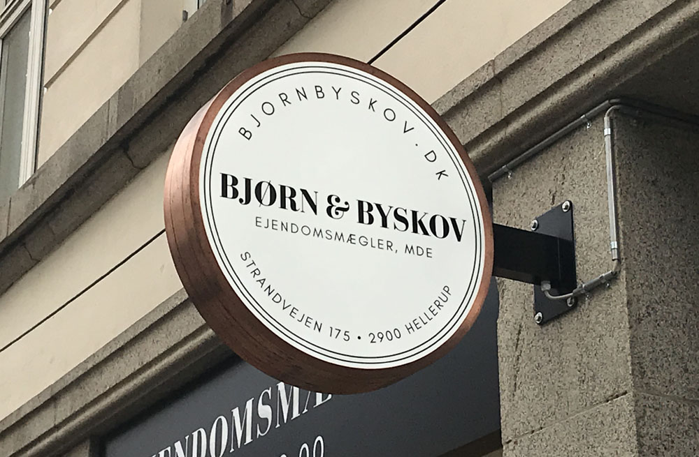 Dobbeltsidet lysskilt med svøb i massiv kobber - Bjørn & Byskov