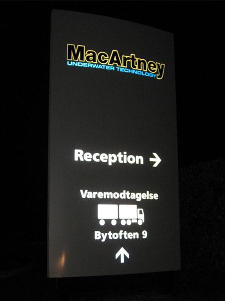 MacArtney pylon med lys og refleksfolie