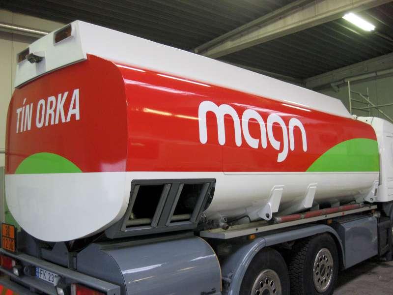 Autodekoration - Montering af reklametekst på tankbil - Magn