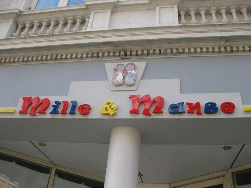Logo i lakeret, let plast - Mille & Manse