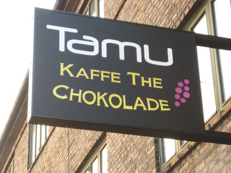 Dobbeltsidet lysskilt med lys gennem logo - Tamu