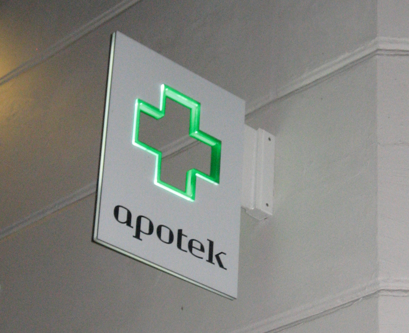 Logoskilt som vingeskilt med udskåret logo - Apotek