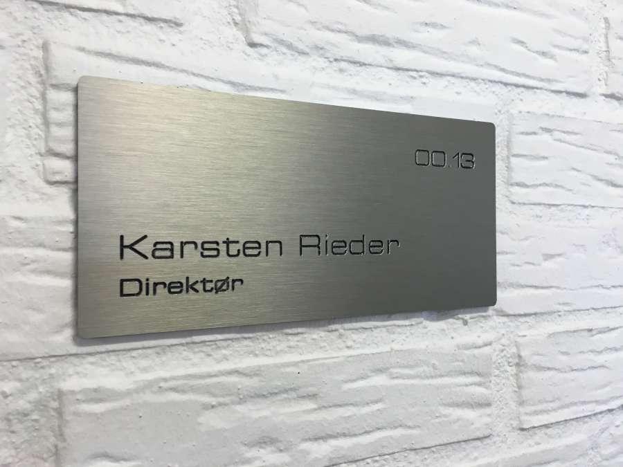 Prestige vægsskilt i børstet RF stål look (aluminium)