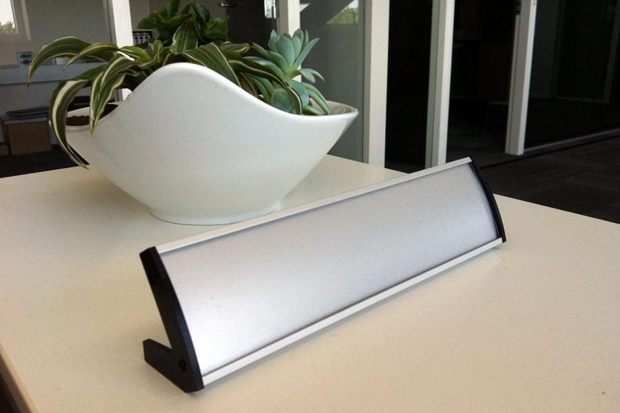 Buet bordskilt i aluminium