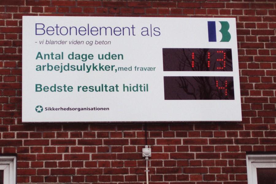 Arbejdsulykke registreringstavle - monteret på mur udendørs