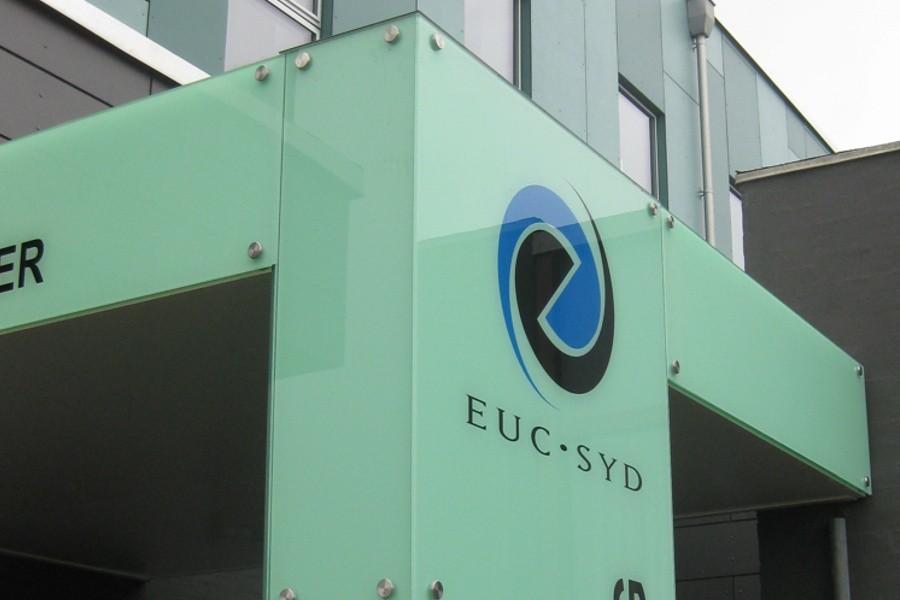 Indgangsportal i glas - om dagen - EUC Syd