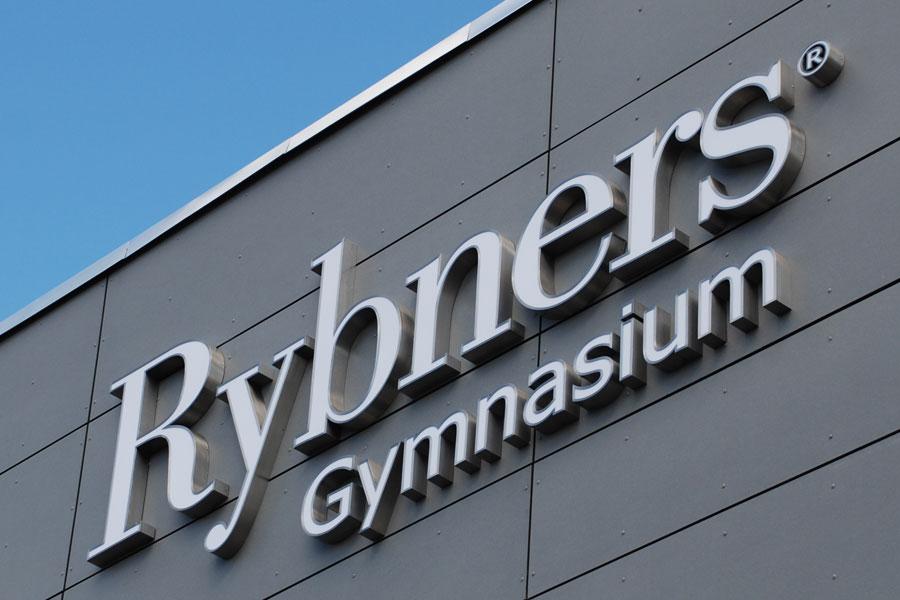 Blankpolerede facadebogstaver med LED i rustfrit stål - Rybners Gymnasium