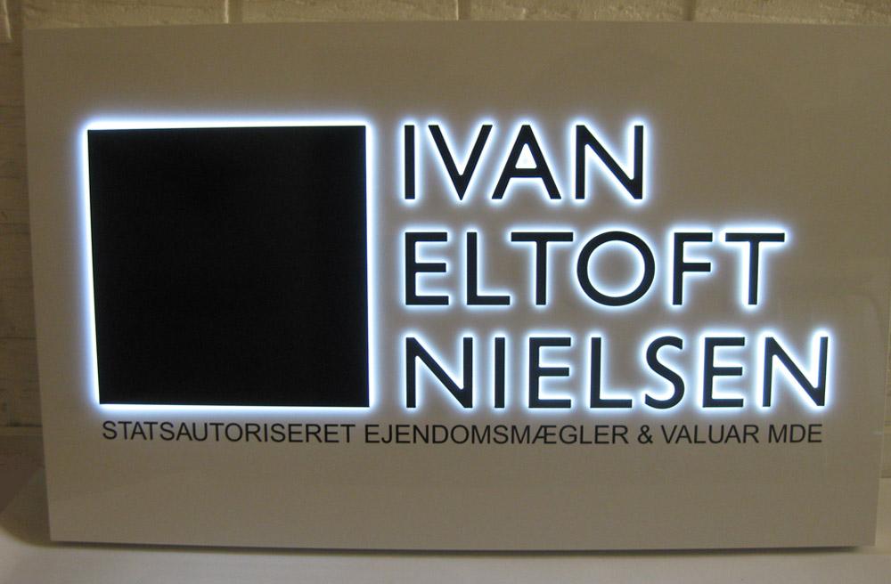 Aluminiumsskilt med fremhævet logotekst med lys - Ivan Eltoft Nielsen
